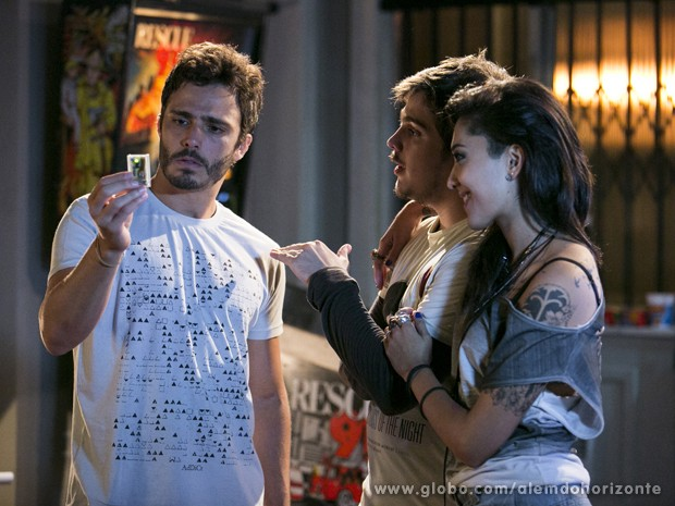 Guto entrega GPS para monitorar William durante a jornada (Foto: Felipe Monteiro/TV Globo)