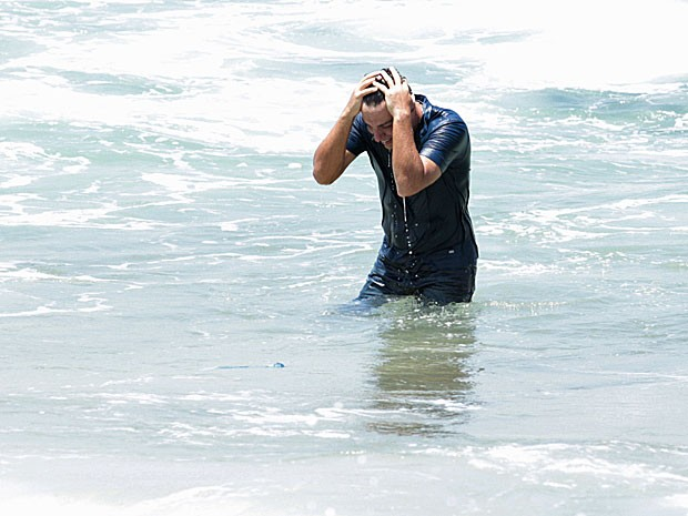 Rodrigo Lombardi entrou no mar de roupa e tudo! (Foto: Salve Jorge/TV Globo)
