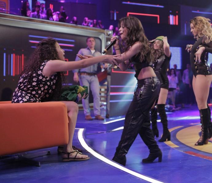Shayna segura o braço de Camila Cabello (Foto: Inácio Moraes / Gshow)