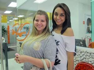 Thaís e Rafaela aproveitam a semana de revisão para estudar em casa à tarde e tirar dúvidas na manhã seguinte no cursinho (Foto: Ana Carolina Moreno/G1)