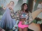 Alinne Rosa esbanja sensualidade com barriga chapada em camarim