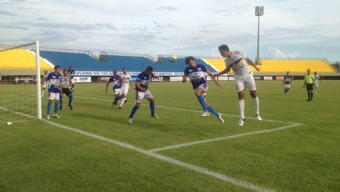 Zagueiro Neuran marca de cabeça o primeiro gol do Palmas em partida contra o Miracema (Foto: Camila Rodrigues/GloboEsporte.com)