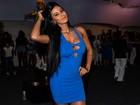 Lorena Bueri usa vestido justíssimo em noite de samba