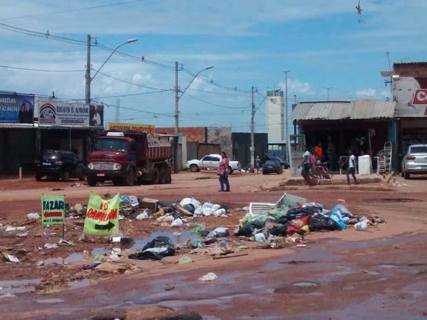 Avenida central do Sol Nascente tomada por buracos e lixos (Foto: Isabella Calzolari/G1)