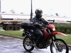 Químico recebe multa por pilotar moto sem cinto de segurança, em GO