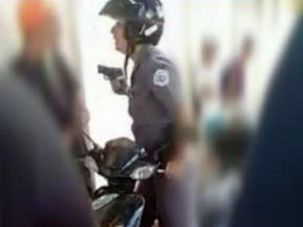 Momento em que a policial saca a arma para ameaçar estudante (Foto: Reprodução/ TV TEM)