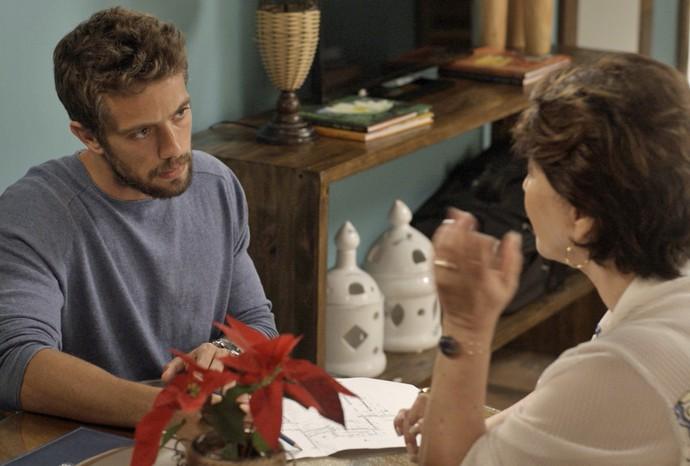 César ajuda a tia a planejar cassino clandestino (Foto: TV Globo)