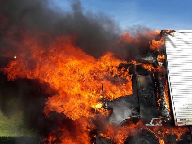 Caminhao pega fogo na via Dutra em Caçapava (Foto: Nina Miranda/Vanguarda Repórter)