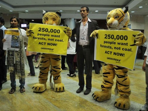 Ativistas vestidos de leopardo protestam contra a produção de combustíveis na Índia, durante a conferência da ONU realizada em Hyderabad (Foto: Mahesh Kumar A/AP)