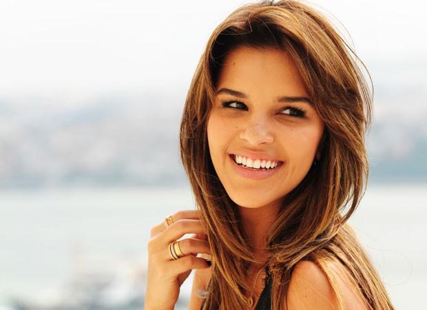 8º lugar: Mariana Rios. A atriz ela modificou a cor dos fios, que estão em tom de caramelo, e adotou uma franja lateral (Foto: Divulgação/TV Globo)
