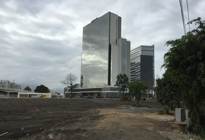 Vila Autódromo, hotel do Parque Olímpico ao fundo (Foto: Adriano Albuquerque)