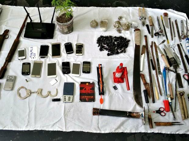 Roteador de internet, armas e até um pé de maconha estavam na unidade prisional palco do massacre em Manaus (Foto: Divulgação/Secom)
