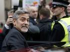 George Clooney visita café que emprega sem-tetos na Escócia