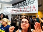 Grupo protesta contra aumento de vereadores em Porto Seguro, na BA
