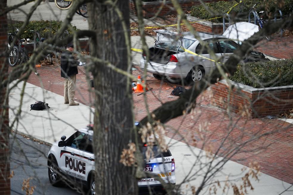 Carro é isolado pela polícia ao responder a um ataque nesta segunda-feira (28) no campus da Universidade Estadual de Ohio (Foto: AP Photo/John Minchillo)