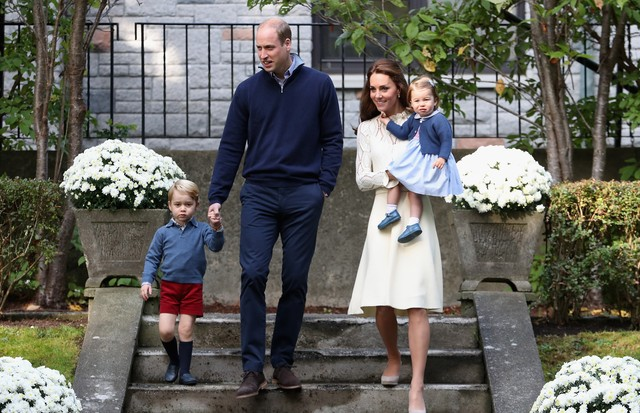 O Duque e a Duquesa de Cambridge posam com os filhos Charlotte e George no Canadá (Foto: Getty Images)