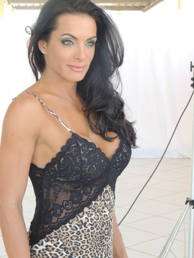 Carla Prata faz ensaio de lingerie (Foto: Juliana Palmer / Divulgação)