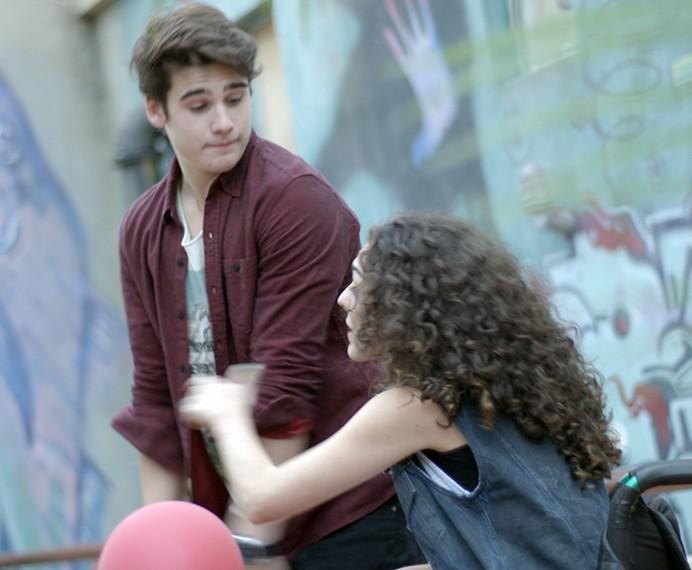 Ciça aproveita pra tirar casquinha de Rodrigo (Foto: TV Globo)
