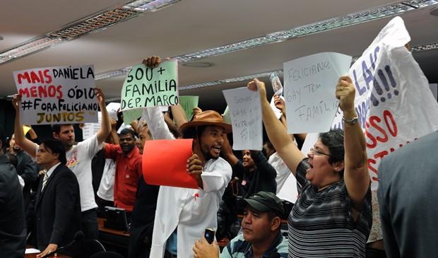 Manifestantes pró e contra Marco Feliciano (PSC-SP) durante sessão da Comissão de Direitos Humanos nesta quarta (10) (Foto: Luis Macedo/Ag.Câmara)