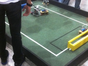 Futebol de robôs é atração em feira da USP de São Carlos (Foto: Orlando Duarte Neto/ G1)