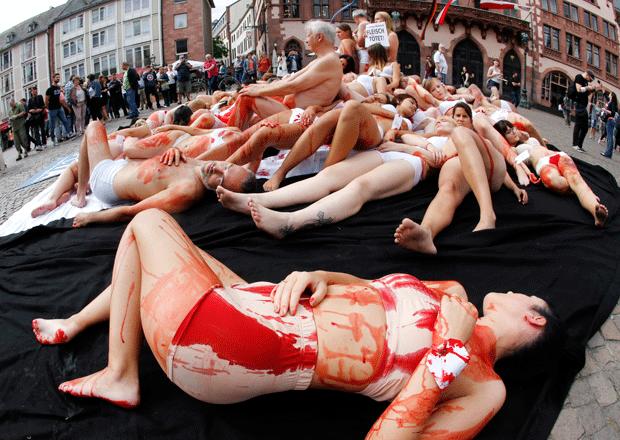 Ativistas ficam seminus na Alemanha em ato contra o consumo de carne (Foto: Michael Probst/AP)