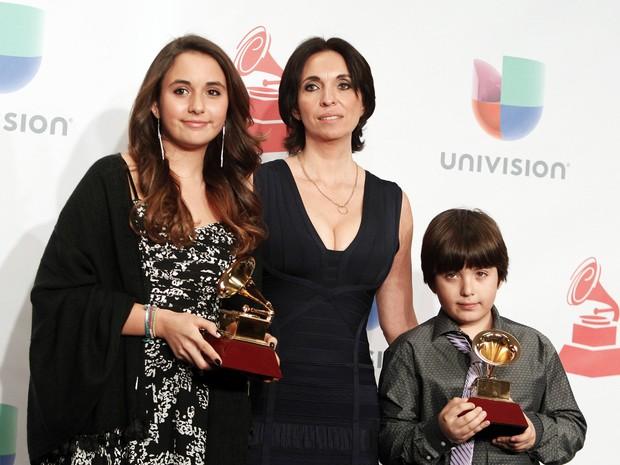 Gabriela Carrasco, viúva de Paco, recebe o prêmio póstumo do marido junto aos dois filhos do casal (Foto: Steve Marcus/Reuters)