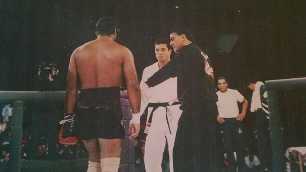 Barretão mediando luta do UFC 1, entre Royce e Jimmerson (Foto: Arquivo Pessoal)