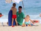 Rodrigo Hilbert se diverte com os filhos gêmeos na praia do Leblon, no Rio