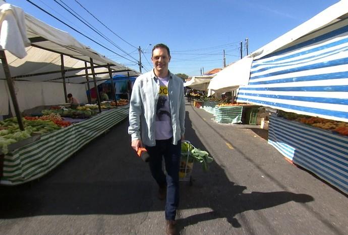 Andando pela feira, o Mateus Luz encontrou até uns modelitos novos  (Foto: Reprodução/TVTEM )