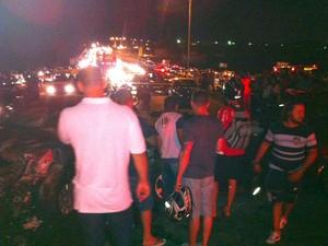 Acidente atraiu curiosos e provocou congestionamento na BR 101, em Natal (Foto: Matheus Magalhães/G1)