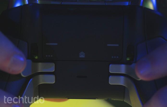 Elite, o joystick da Microsoft, tem ajustes especiais na traseira (Foto: Tais Carvalho/TechTudo)
