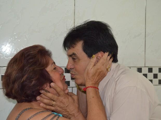 Casal trocando carinho (Foto: Johnwene Silva/ G1)