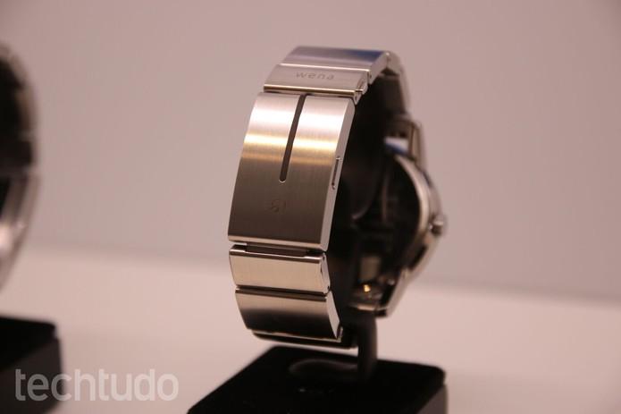 A pulseira do relógio deve ser recarregada a cada semana (Foto: Fabrício Vitorino/TechTudo)