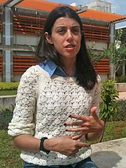 A estudante em frente a um dos prédios da UnB no campus Darcy Ribeiro, em Brasília (Foto: Raquel Morais/G1)
