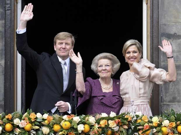 Agora Princesa dos Países Baixos Beatrix (Centro), ao lado do novo Rei da Holanda, o filho Willem-Alexander e sua esposa, a Rainha Consorte Maxima. (Foto: Reuters)