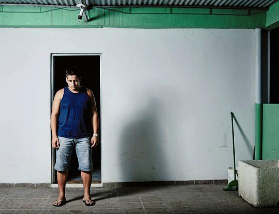 José Roberto Brito em sua casa.Durante meses ele foi á delegacia em busca de informação sobre o assassinato da mãe (Foto: Juan Dias/ÉPOCA)
