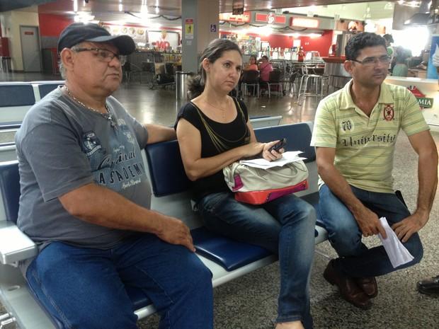 Os irmãos Luiz Moreira (esq.), Tereza Malta (centro) e Francisco Malta (dir.) aguardam informações no aeroporto de Porto Velho (Foto: Taísa Arruda/G1)