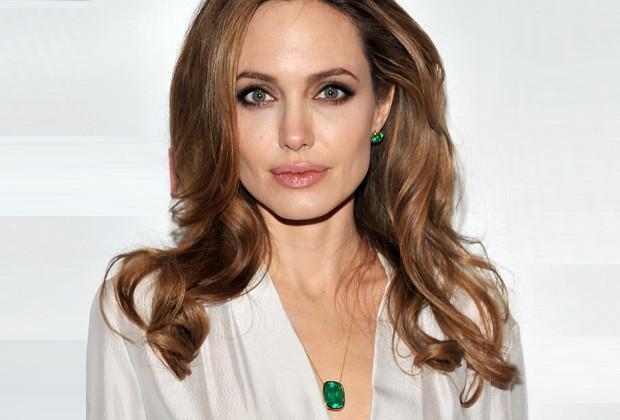 Angelina Jolie é fã da esmeralda, a pedra da inteligência e comunicação (Foto: Getty Images)