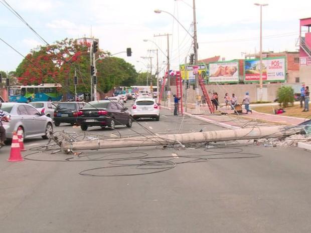 Poste ficou caído sobre a pista, próximo ao Terminal de Carapina (Foto: Reprodução/TV Gazeta)