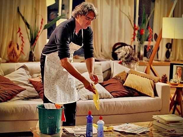 Mulherengo é obrigado a fazer até faxina (Foto: Avenida Brasil/TV Globo)