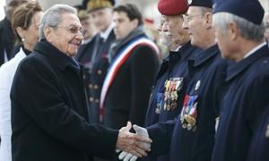 Paris recebe Raúl Castro com honras militares