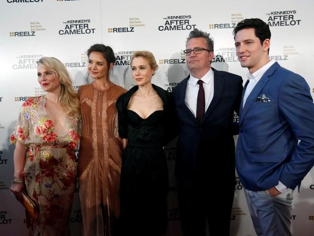 Kristin Booth, Katie Holmes, Kristen Hager, Matthew Perry e Brett Donahue em première de série em Los Angeles, nos Estados Unidos (Foto: Mario Anzuoni/ Reuters)