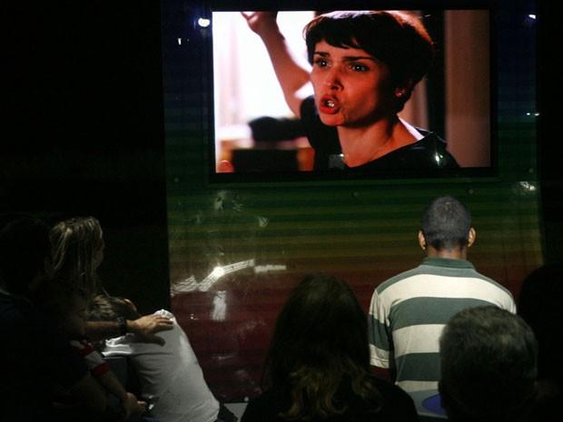 Pessoas assistem penúltimo capítulo de Avenida Brasil na orla de Copacabana (Foto: Paulo Vitor / G1)