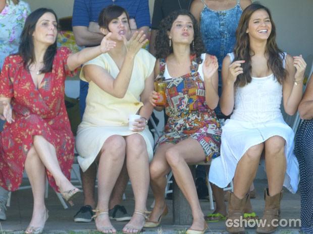 Para o qu e será que as atrizes torciam?  (Foto: Em Família/TV Globo)