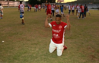 Presidente do Tricordiano atravessa campo de joelhos após acesso do time