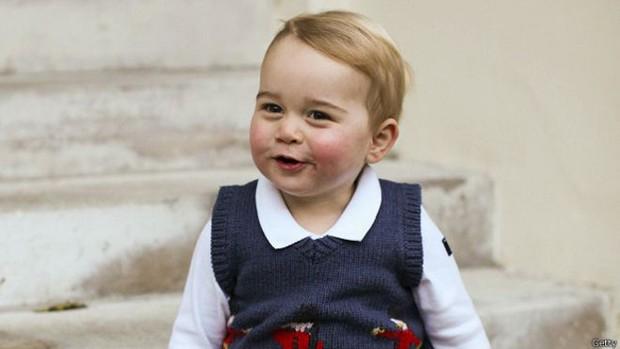 O príncipe George, terceiro na linha de sucessão ao trono britânico, tem 17 meses  (Foto: BBC)