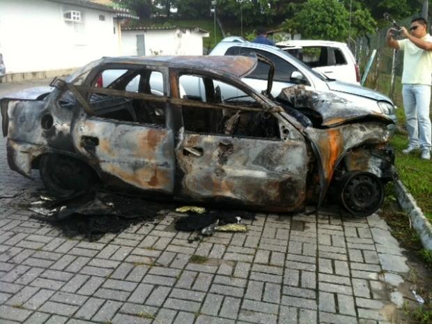 Carro modelo Corsa explodiu logo após colisão na Avenida Santos Dumont, em Manaus (Foto: Ana Graziela Maia/G1 AM)