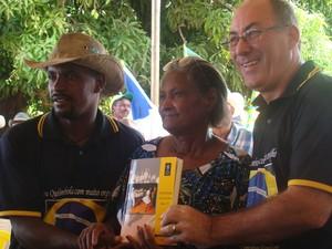 Teske entrega livro sobre a comunidade Lagoa da Pedra para Ruimar Antônio de Farias e Maria Inácia  (Foto: Emerson Silva/Divulgação)