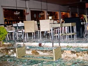 Jacaúna Decorações teve as vidraças quebradas (Foto: Léo Carioca)