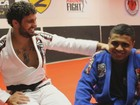 Jovem enfrenta autismo com ajuda de professor de luta: 'Durmo de kimono'